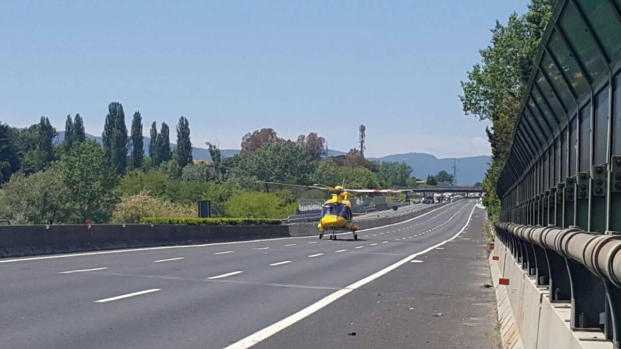 Incidente in A1, coinvolta un'auto. 2 feriti gravi, intervento di 2 elicotteri