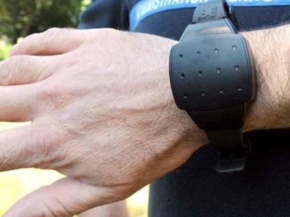 Rompe bracciale elettronico esce dai domiciliari finisce carcere