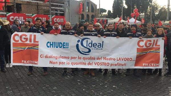 Una protesta degli operai dell'Ideal Standard