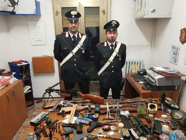 L'arsenale trovato in casa dell'arrestato