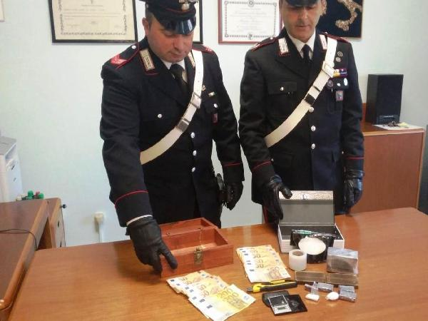 La droga, i soldi e l'altro materiale sequestrati in casa del pusher