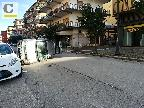 Incidente in pieno centro: donna incastrata nella sua auto ribaltata